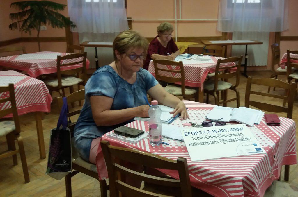 A német nyelv óra résztvevői tanulás közben. A tanulók szorgalmasan rögzítik az órán hallottakat.
