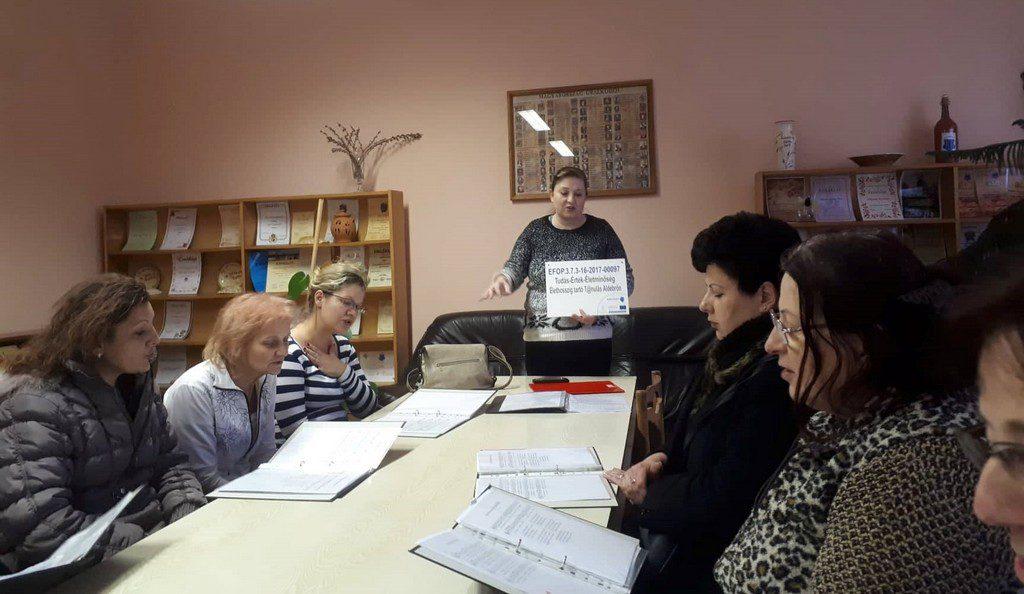 Az énekkari szakkörön résztvevők az oktató vezetésével német dalokat tanulnak kottából.
