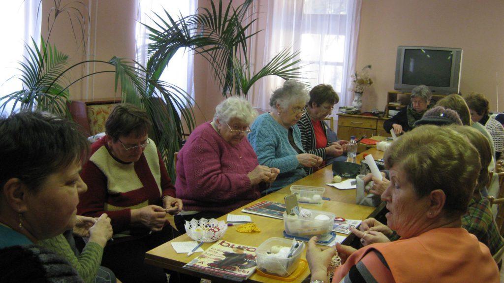 A kézműves szakkör résztvevői szorgalmasan horgolnak. Az ügyes kezek csipkehorgolással készült terítőket készítenek.