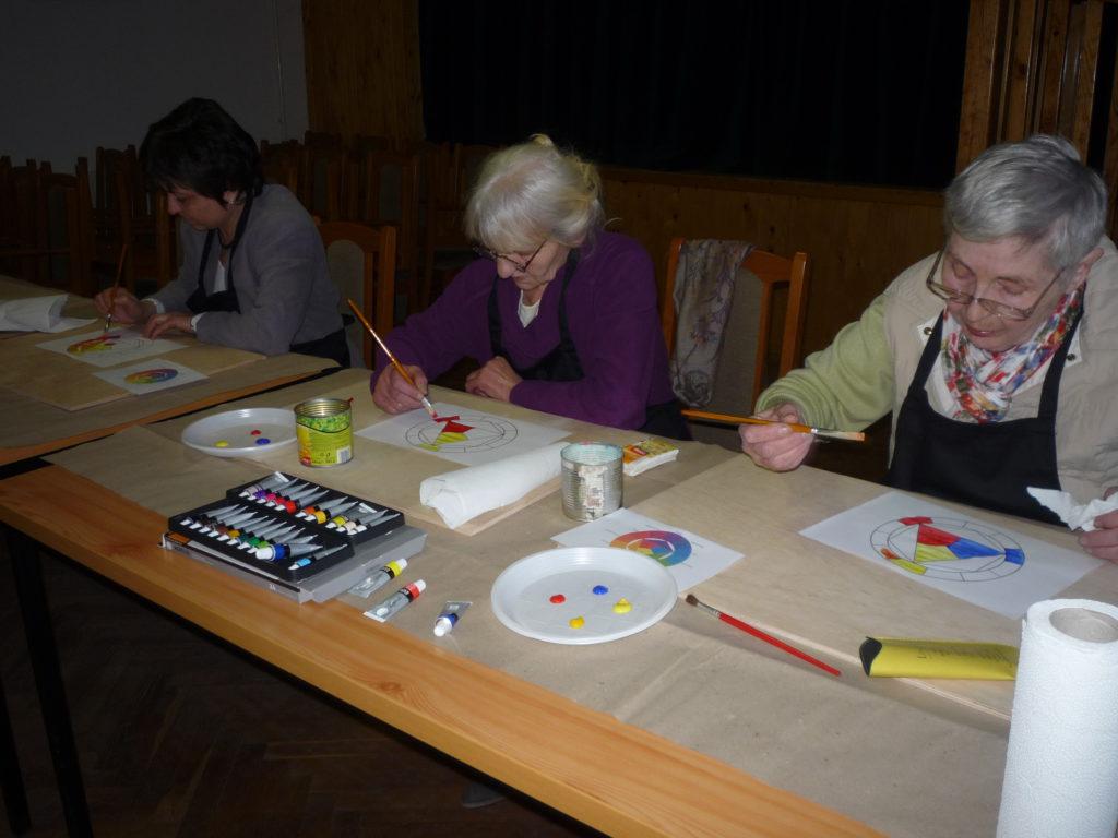 A rajzoktatás résztvevői az akrilfestéssel ismerkednek. A feladat a színkör megfestése volt.